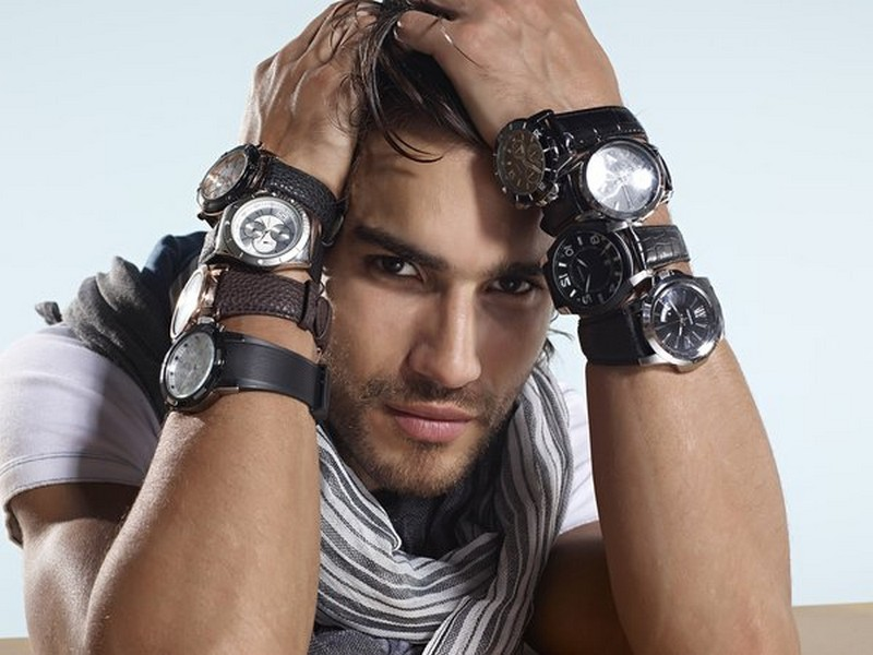 Для занятий спортом, рыбалкой или туризмом лучше подойдут кварцевые часы в подарок мужчине. . Они более выносливые и