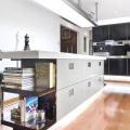 Модный интерьер кухни с барной стойкой в австралийском доме