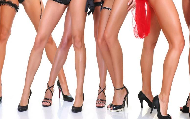 тонкие длинные пальцы ног тощей голой девочки фото