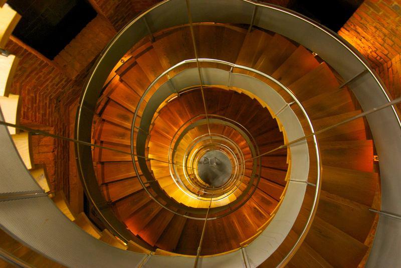 Винтовая лестница – изюминка коттеджного интерьера