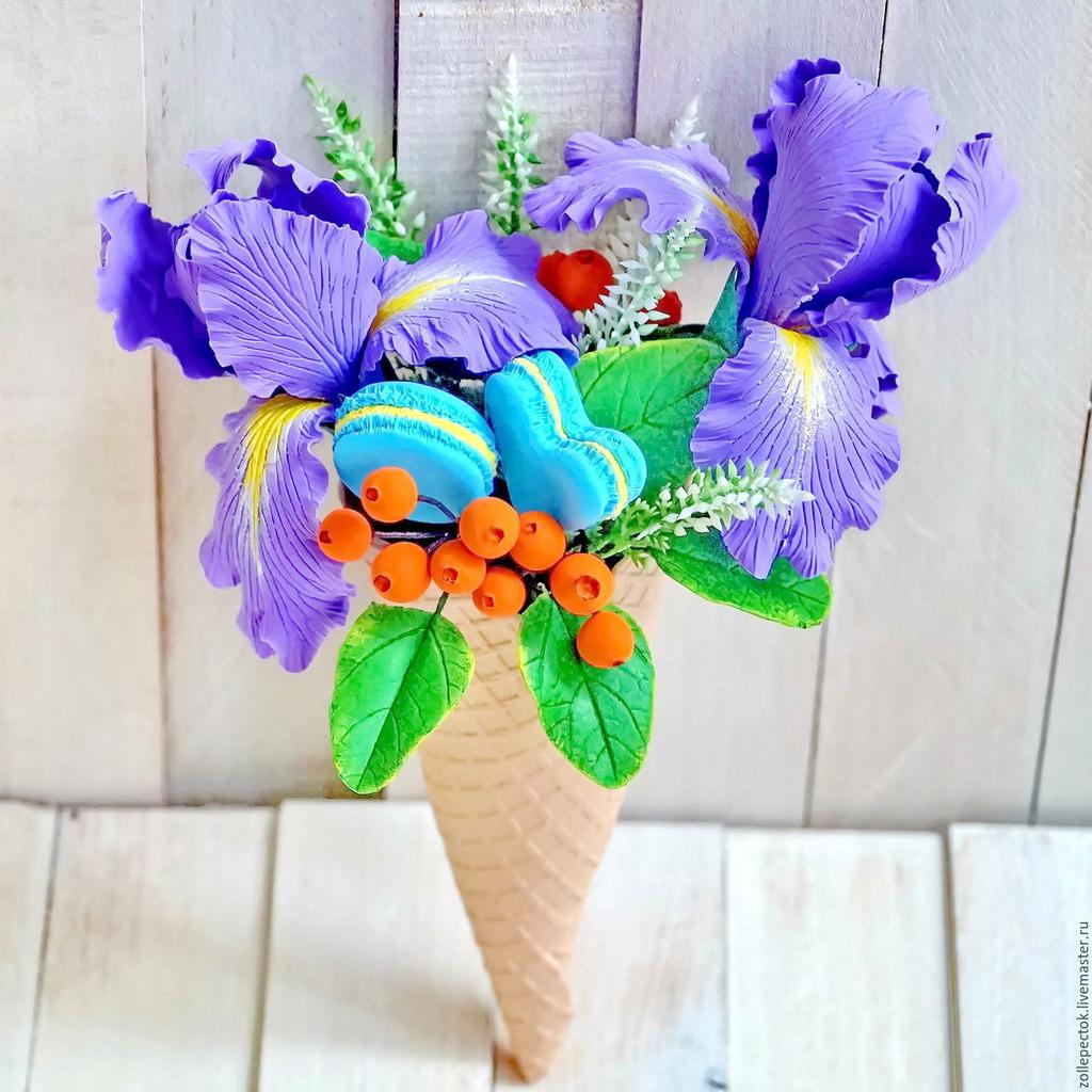 букет из цветов и ярких макарунов