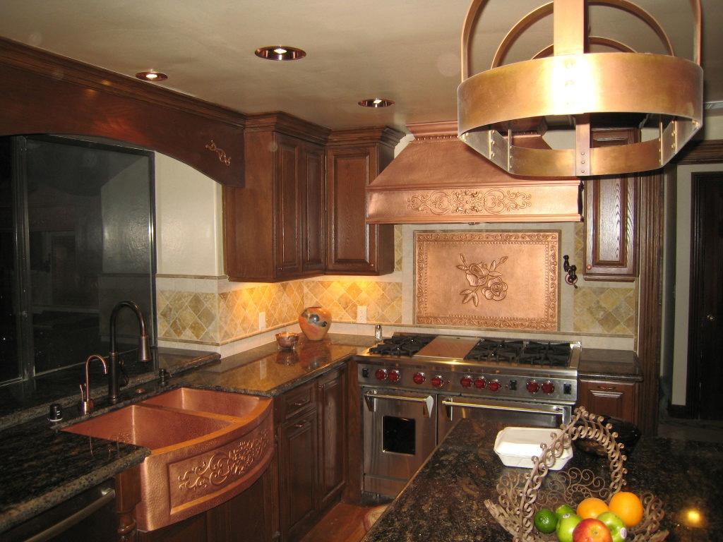 медь в интерьере кухни