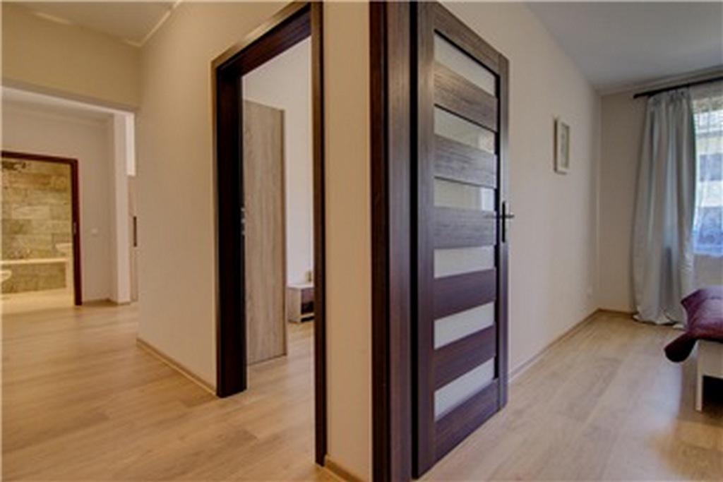 Дверь экошпон в интерьере квартиры. Цвет венге