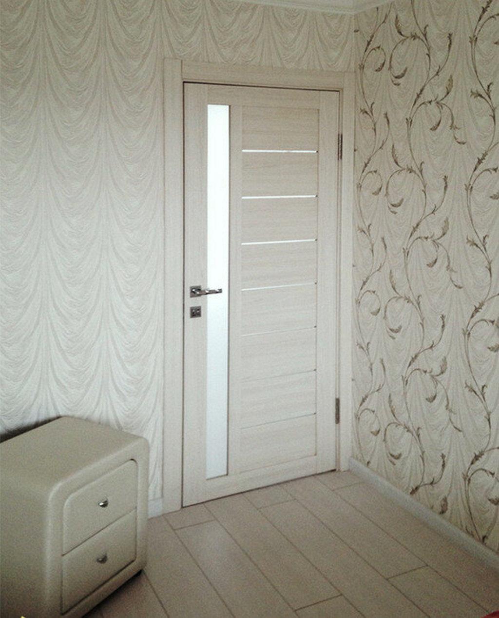 Дверь с экошпоном в светлом дизайне комнаты. Цвет беленый дуб
