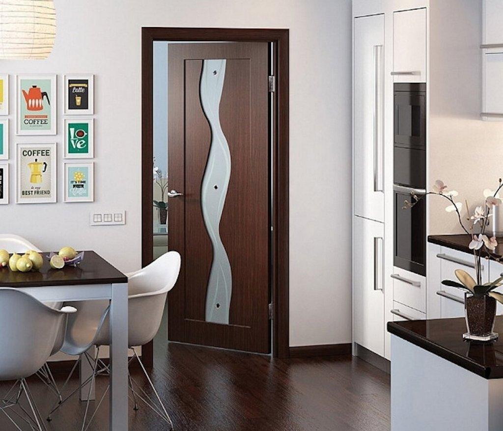 Дверь покрытая ПВХ в интерьере. Цвет: венге