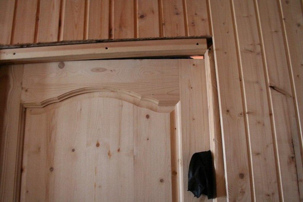 Фото №4. Перекос двери из-за неправильной регулировки положения створки относительно дверной коробки