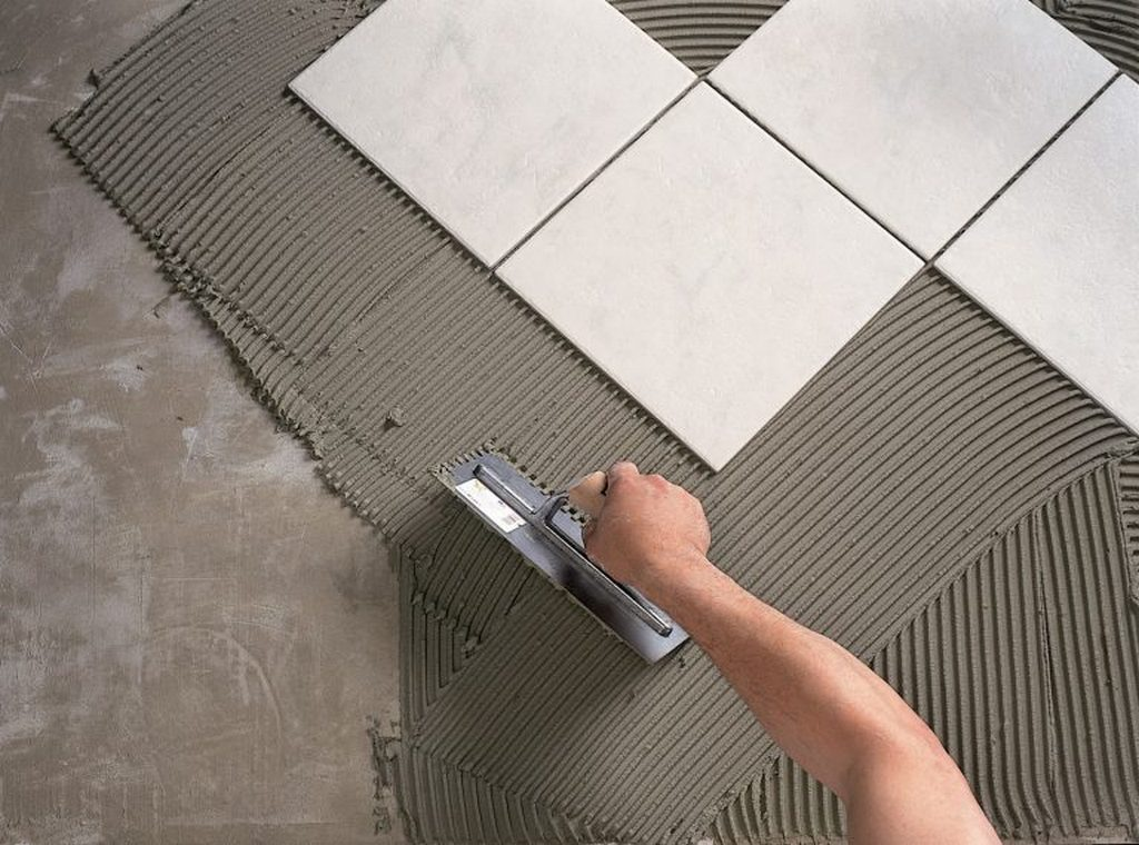 Как клеить керамическую плитку