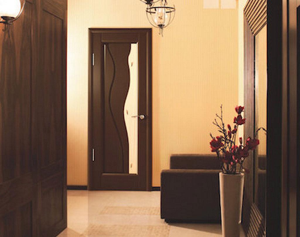 Ульяновская дверь в дизайне коридора. Цвет венге