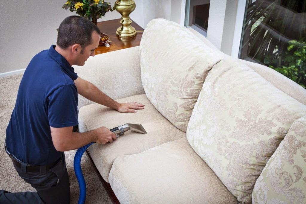 Как быстро почистить мягкую мебель