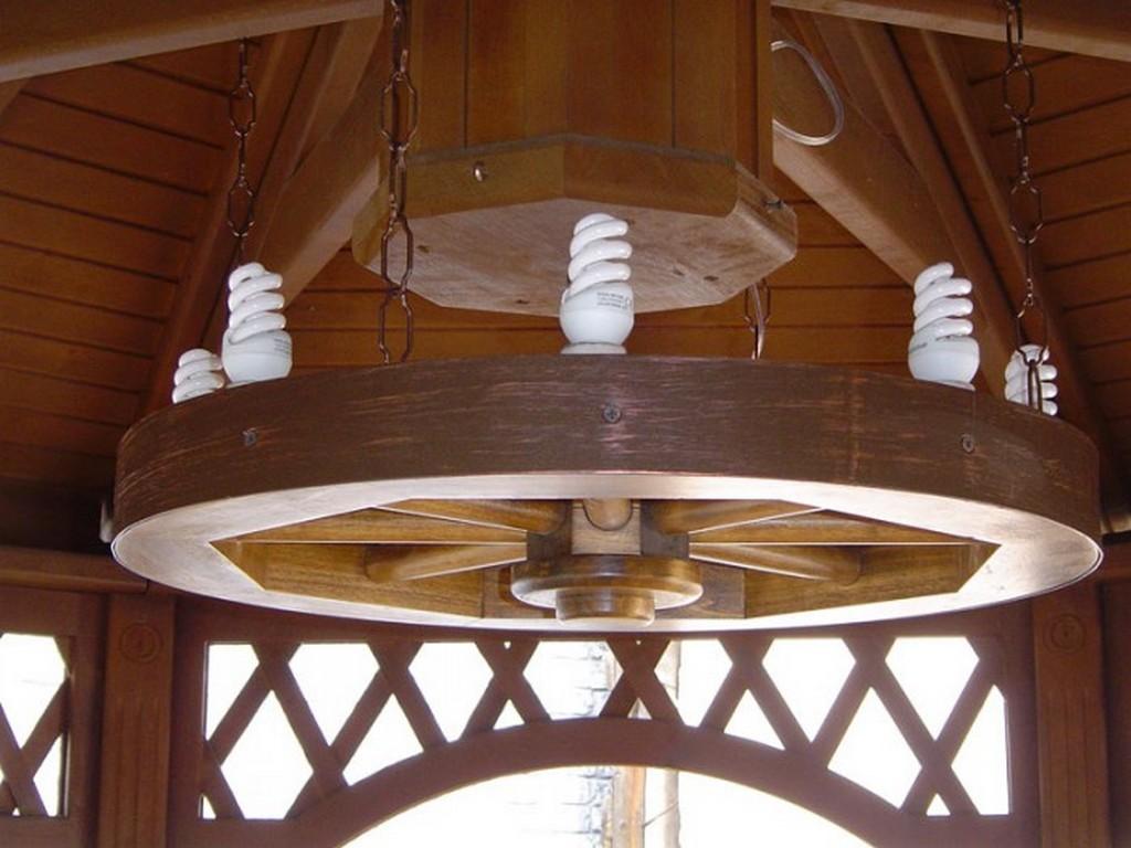 Монтаж люстры в деревянном стиле