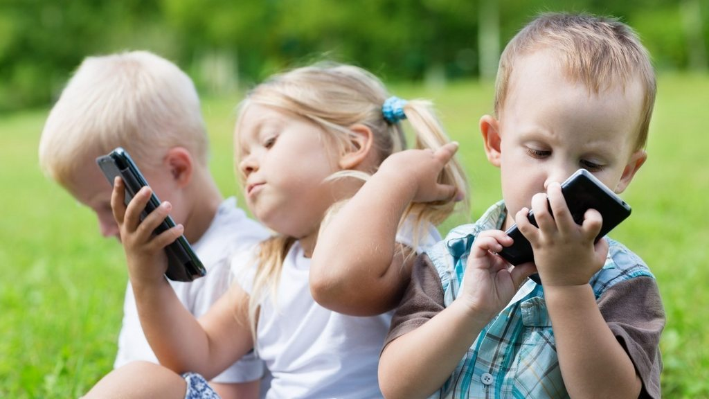 Плюсы наличия смартфона у детей
