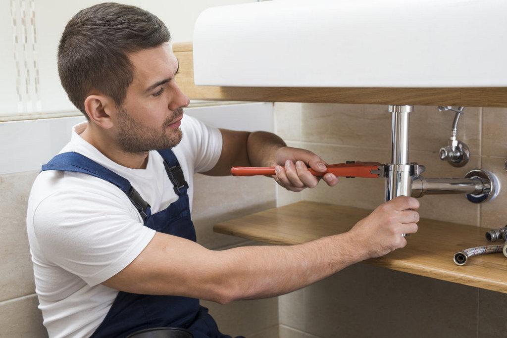 Кому доверить проведение ремонта сантехники