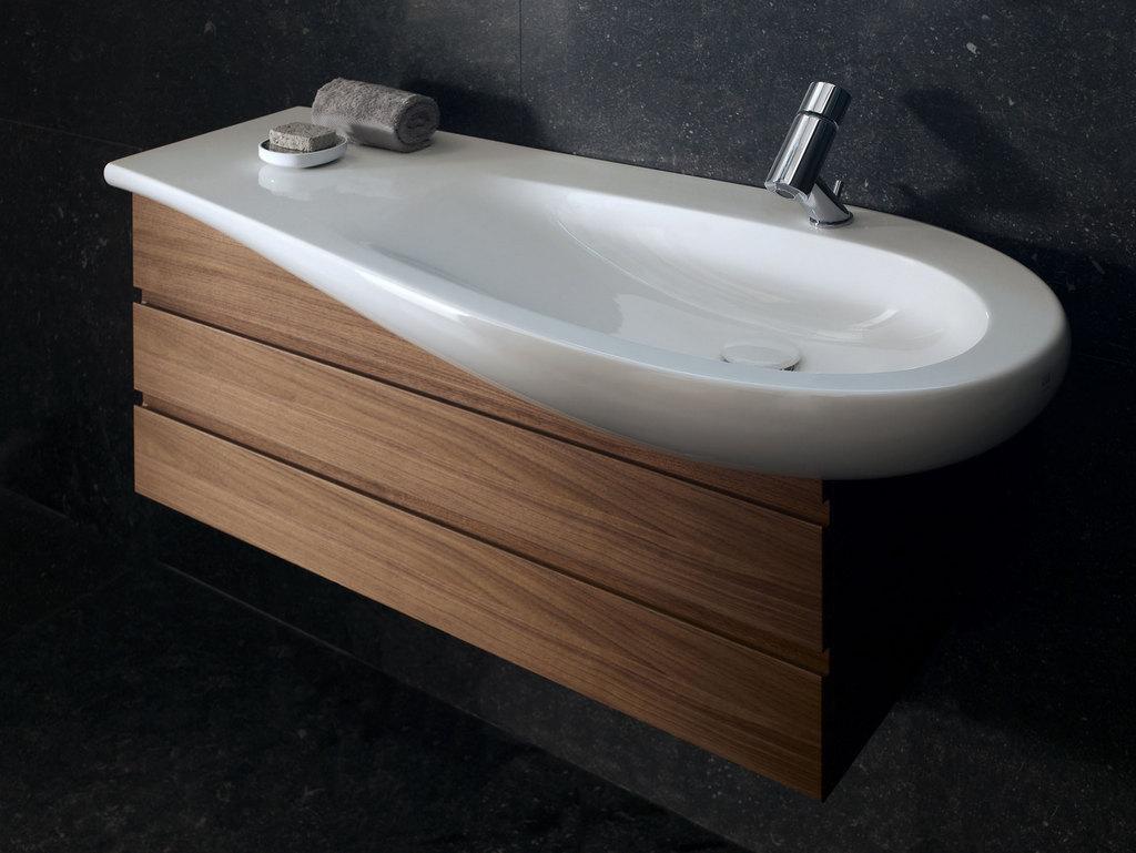 Раковина с крылом - удобный вариант для ванной