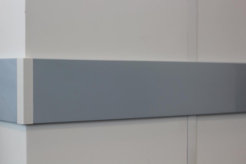 Процесс монтажа отбойной доски для стен