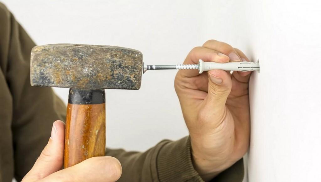 Монтаж легких предметов на стену из гипсокартона