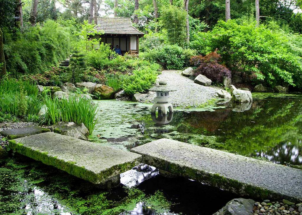 Каменная дорожка в японском саду
